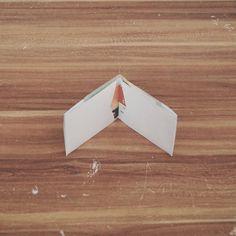 Bei dieser Anleitung seht ihr, wie man aus einem Blatt eine Geldtasche aus Papier falten kann – inkl. Vorlage!