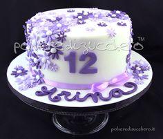Torta compleanno con fiorellini in pasta di zucchero nei toni del lilla e  viola