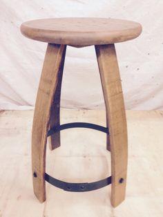 Environ 25 pouces de hauteur, 15 inche siège Avec nimporte quel produit en bois, il y a variations de couleur et de textures.