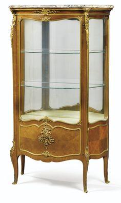 FRANÇOIS LINKE (1855 - 1946) A GILTBRONZE MOUNTED MAHOGANY VITRINE, INDEX NUMBER 298, PARIS, CIRCA 1910
