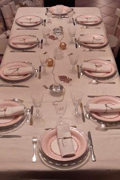 La table est prête, elle s'est parée d'or et de rose