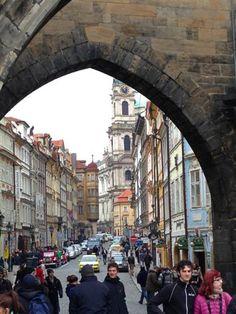 PRAGUE - CZECH REPUBLIC Entrada para a Malá Strana vista da Ponte Carlos