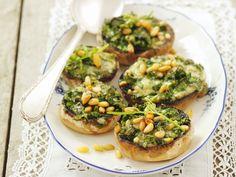 Champignons gefüllt mit Rucola und Gorgonzola | Kalorien: 167 Kcal - Zeit: 20 Min. | http://eatsmarter.de/rezepte/champignons-gefuellt-mit-rucola-und-gorgonzola