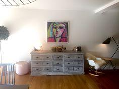 La mise en valeur d'un plan de mur, par le choix d'un revêtement mural, l'objectif fut d'apporter du caractère à l'intérieur. Il est difficile de se projeter et d'oser un motif très fort mais il existe des tapisseries aux couleurs, textures et motifs variés. Nous avions choisi une tapisserie anglo-saxone avec des formes géométriques. Sa couleur mordorée présente dans les hexagones capte la lumière et donne une atmosphère toute en chaleur.