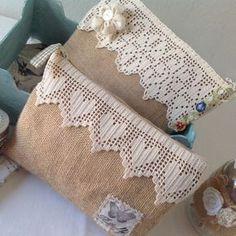 Zip pouches -- burlap and lace Burlap Projects, Burlap Crafts, Fabric Crafts, Sewing Crafts, Sewing Projects, Crochet Clutch, Crochet Handbags, Sewing Patterns, Crochet Patterns