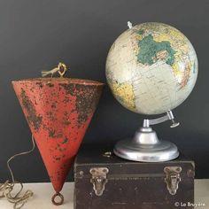 Ancien flotteur marine en tôle rouge. Dans son jus. Traces de rouille stabilisées à différents endroits. Globes, Decoration, Glass Display Case, Glass Floats, Rust, Juice, Decor, Globe, Decorations