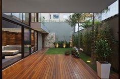 Casa na Vila Madalena abusa das madeiras e das transparências veladas - Casa e Decoração - UOL Mulher