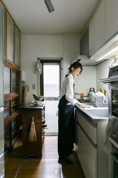 設備を新しいものに入れ替え、気に入った古家具を置くなどして使い勝手よくアレンジしているキッチン。