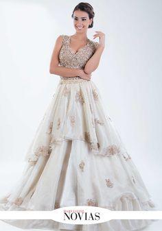 Darinka Ortiz lució un modelo confeccionado por Angela Razuk, quien escogió el tono nude y dorado para su vestido. El escote francés con un bordado en pedrería y un cinturón bordado de donde sale el hermoso faldón elaborado en un tul que cae en capa sobre capa y se destaca por los detalles de flores bordadas. #RevistaMaryLizzieNovias #SiQuiero #ModaNupcial
