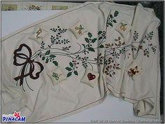 Pintura en tela. Camino de mesa pintado por Rosa.  www.manualidadespinacam.com #manualidades #pinacam #pintura #tela