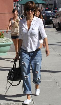 Jen Aniston DID create a new style when she wore mens jeans with a low crotch! - Men Jeans - Ideas of Men Jeans 50 Fashion, Fashion Outfits, Ripped Jeans, Men's Jeans, Skinny Jeans, Boyfriend Jeans Outfit, Moderne Outfits, Look Jean, Lisa Rinna