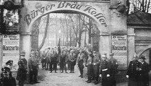 Bavyera'daki yönetimi devralmak için 8-9 Kasım 1923'de Adolf Hitler'in organize ettiği başarısız darbe girişimi Birahane Darbesi olarak kayıtlara geçer. Temelinde Bavyera hükümetini ele geçirip Berlin'e yürüyüşe geçmek ve Weimar Cumhuriyeti'ni yıkmak düşüncesi bulunur. Tüm silahlı Weimar Cumhuriyeti karşıtlarını kendi önderliği altında toplamayı düşünen Hitler, 8 Kasım 1923 akşamı Münih ticaret örgütlerinin, Bürgerbräukeller birahanesindeki gecesinde konuşan…