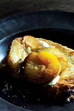 9x recepten voor een stevig ontbijt - Brioche met geroosterd fruit | ELLE Eten