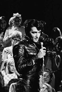 Elvis Presley during a performance at NBC Studios in Burbank, CA 1968 Elvis Presley Wallpaper, Elvis Presley Photos, Elvis Presley Family, John Lennon Beatles, The Beatles, Elvis 68 Comeback Special, Babe, Pirate Kids, Buddy Holly