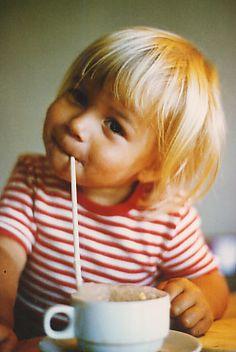 Enfant, Paille et Chocolat Chaud.
