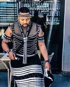 EsasXhosa sinxitywe kula performance ka Vusi Nova sindikhumbuza wena my friend. You slay this look. South African Traditional Dresses, Traditional Outfits, Traditional Weddings, African Wedding Attire, African Attire, African Weddings, Xhosa Attire, African Maxi Dresses, Shweshwe Dresses