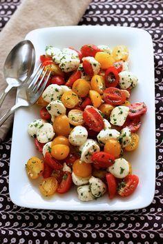 Fresh Mozzarella and Tomato Salad - Green Valley Kitchen - Salad Recipes Easy Salads, Summer Salads, Summer Dishes, Healthy Summer, Vegetarian Recipes, Cooking Recipes, Healthy Recipes, Delicious Recipes, Tasty