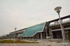 彰化田中高鐵站位於田中鎮彰95線鄉道,建築高度為21.46公尺,總樓地板面積22,174平方公尺