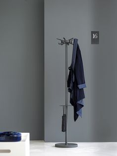 Whether with wheels, hooks, hangers or umbrella holding function, Tertio G is as standard available in various models. Tertio G forms part of the cloakroom series Tertio designed by designer Gerard Kerklaan. The models in this comprehensive series can be easily combined due to their transparent character.