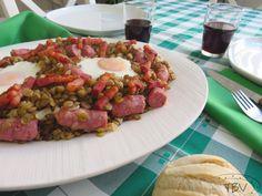 Lentilhas com Ovos Escalfados e Salsichas Frescas