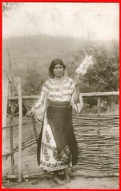 http://www.uibk.ac.at/urgeschichte/projekte_forschung/abt/spindeltypologie/bilder-spindeln/romania_woman-spinning-1.jpg    romania, woman spinning