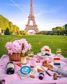 Picnic In Paris, Brunch In Paris, Happy Bastille Day, Hello France, Voyage Europe, Destination Voyage, Beautiful Places To Travel, Travel Aesthetic, Paris Travel