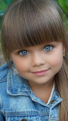 Q menina linda!!Parece uma bonequinha!❤ children nowadays are getting so beautiful