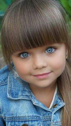 Q menina linda!!Parece uma bonequinha!❤