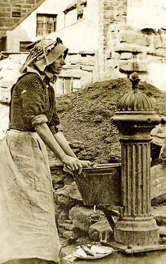 Secret steps and lost lanes of Whitby brought to life (From Gazette & Herald). A Victorian woman washing fish at a pump in The Cragg, known as Pier Pump. It was the only public pump in the area at the time. Victorian Life, Victorian Women, Old Pictures, Old Photos, Vintage Photographs, Vintage Photos, Whitby Abbey, Old Portraits, London History