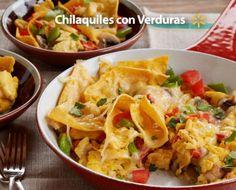 Disfruta de un platillo tradicional modificado para la Cuaresma, con estos chilaquiles con verduras. Para un gran sabor, agrégale cebollas verdes, pimientos verdes, champiñones o tus verduras favoritas.