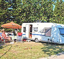 Stellplätze in bevorzugter Lage auf den komfortabel ausgestatteten Campingplätzen von Flower-Campings in Frankreich: den bevorzugten Stellplatz für den Wohnwagen zu nachvollziehbaren, eindeutigen Pauschalangeboten auswählen. Recreational Vehicles, Camping France, Campsite, Travel Trailers, Voyage, Vacation, Ideas, Camper, Campers