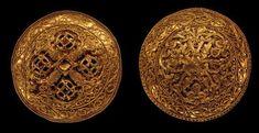 Skattefund fra Hornelund. Skatten er fundet ved Varde, og den indeholder to dragtspænder og en armring. De to spænder er de fineste fra Danmarks vikingetid. Spændernes relief er udhamret over en matrice, og de er dekoreret med filigrantråde og granulationskorn. Deres dekoration med bladranker og vinløv har oprindelse i kristen kunst. De nordiske dyrehoveder på det ene spænde viser, at de er fremstillet af en dansk guldsmed i sidste halvdel af 10. årh.