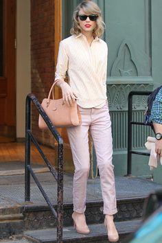 Gafas de sol Ray-Ban Wayfarer, bolso de Tod's, zapatos de Prada, camisa de rayas de Steven y jeans rosa palo de Joe's.