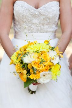 Yellow blooms. Photography by Tara Welch Photography / tarawelchphotography.com/, Floral Design by Bouquets of Austin / bouquetsofaustin.com
