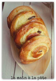 Les pains aux raisins sur le site La main à la pâte de Maiwen. Très jolis, dans nos barquettes en feuille de bambou.