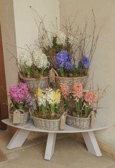 Cestas de mimbre para arreglos florales Diwali Decorations, Wedding Decorations, Dry Fruit Box, Flower Truck, Container Flowers, Basket Decoration, Flower Basket, Lawn And Garden, Container Gardening