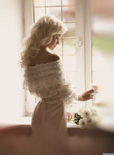 Картинка 648x876 Девушка с белыми волосами и в белом платье стоит возле окна | Тэги: Девушка | Блондинка | Спиной