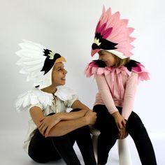 Nuestro nuevo pájaro Deluxe son un poco especial y muy hermosa. El cisne y flamenco tocado y capa están hechos de suaves fieltros plumas, diseñados para la comodidad y belleza. TAMAÑO: Un tamaño cabe la mayoría 2-12yo ESTILOS: Cisne - tocado blanco y capa Capa y tocado