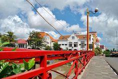 JEMBATAN MERAH - Jembatan ini dibangun pada masa kolonial atas kesepakatan antara VOC dan Sultan Pakubuwono II. Jembatan merah merupakan saksi bisu perjuangan para pahlawan Surabaya. Di sekitarnya terdapat jalan-jalan kecil yang dihuni bangunan-bangunan tua peninggalan masa kolonial. Mengunjungi Jembatan Merah akan menjadi wisata sejarah yang seru.....