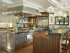 Beautiful kitchen design. And if i knew how to cook more things it would probably excite me even more!