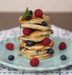 Borůvkové lívance s javorovým sirupem | Na skok v kuchyni Lidl, Pancakes, Food And Drink, Breakfast, Party, Desserts, Syrup, Pancake, Fiesta Party