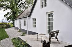 Photo: via Nordic Bliss More concrete. This time from a Swedish house. White Exterior Houses, Dream House Exterior, White Houses, Swedish Cottage, Old Cottage, Nordic Home, Scandinavian Home, Sweden House, Concrete Wood