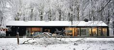 This stunning modern cottage in the Netherlands resembles a home from the future and a fairy tale house at the same time. Cabin Design, Cottage Design, House Design, Modern Barn House, Modern Cottage, Modern Cabins, Cabins In The Woods, House In The Woods, Glass Cabin