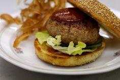 Wellicht is het hamburgerrestaurant af en toe eens de halte voor een snelle hap. Niks mis mee, maar waarom zou je niet eens een McHome openen? Jeroens kalkoenburgers met zelfgemaakte ketchup en pastinaakchips zijn een goed excuus om te genieten van fastfood uit de eigen keuken. En zo