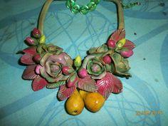ROSE E PERE .Collana in resina polimerica verde e fuxia con gruppi di rose e…
