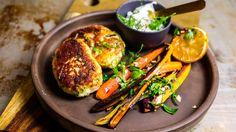 Hjemmelagde fiskekaker er hverdagsmat med gullkant. Men hvorfor lage selv når du kan kjøpe ferdig? tenker du kanskje. Svaret er at den hjemmelagde utgaven inneholder langt mere fisk. I tillegg til å være veldig mye bedre på smak enn industrivariantene. Også kan du jo selvsagt tilrettelegge for egen, og familiemedlemmenes, gane og preferanser. Tips: Som ekstra tilbehør til er det godt med stekte små brokkolibuketter. Og kokte poteter som du knuser med en gaffel og blander med litt olivenolje…