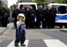 Un enfant fait face à la police anti-émeutes allemande à Francfort, lors d'une manifestation contre l'austérité.