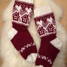 Mökkisukat ja säärystimet appivanhemmille :) | Kodin Kuvalehti Fair Isle Knitting, Knitting Socks, Fair Isle Chart, Woolen Socks, Bunny Outfit, Stocking Pattern, Cute Socks, Christmas Knitting, Knit Or Crochet