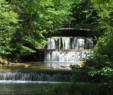 Mit dem feenhaften Wald, um den sich Legenden ranken, ist das Küsnachter Tobel wie geschaffen für eine Wanderung mit Kindern. Erkunden Sie das Märlitobel! Fountain, Outdoor Decor, Hiking Trails, Waterfall, Road Trip Destinations, Explore, Legends, Hiking, Water Well