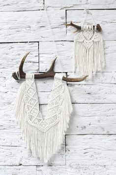 Deers naturally lose their antlers once a year. Macramé made of cotton string on a natural deer antler, about 45 cm long, the length of the strings about 50 cm (without a pendant) Very fashionable BOHO style handmade natural Deer Antler Crafts, Antler Art, Deer Antlers, Girls Pad, Deer Decor, Small Blankets, Macrame Art, Macrame Patterns, Crochet Round